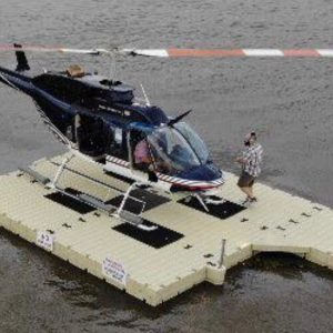 水上のヘリポート利用されているEz Dock