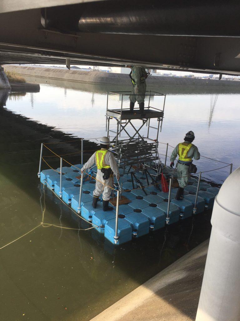 橋梁点検時の浮台船として利用されているピアフロート